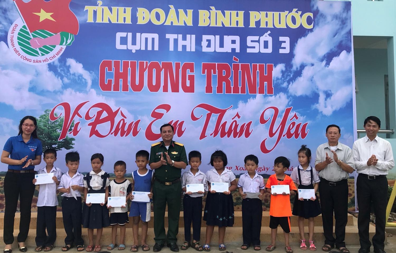 Đoàn Thanh niên Cụm thi đua số 3 trực thuộc Tỉnh Đoàn trao tặng Công trình thanh niên